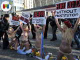 Topless protesta